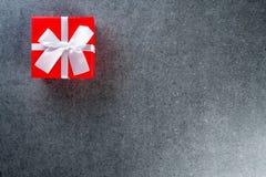 在桌上的红色礼物盒作为与copyspace,大模型的自然本底 免版税库存照片