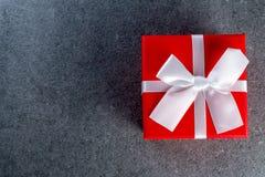 在桌上的红色礼物盒作为与copyspace,大模型的自然本底 库存图片