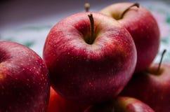 在桌上的红色,美味,水多的苹果 图库摄影
