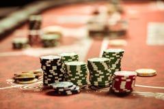 在桌上的纸牌筹码在赌博娱乐场 库存照片