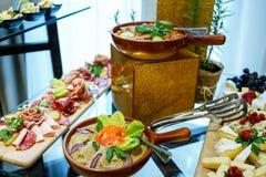 在桌上的罗马尼亚传统食物 库存图片