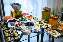 在桌上的罗马尼亚传统食物 免版税图库摄影