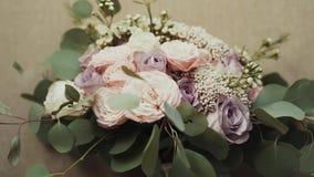 在桌上的美丽的新娘花束 影视素材