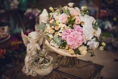 在桌上的美丽的精美花束 花卉题材 桃红色白色 库存图片