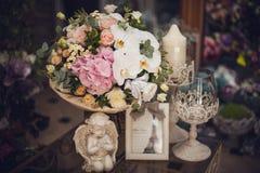 在桌上的美丽的精美花束 花卉题材 桃红色白色 免版税库存照片