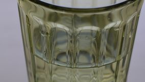 在桌上的美丽的绿色玻璃杯子 影视素材