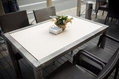在桌上的美丽的花在咖啡馆 免版税图库摄影