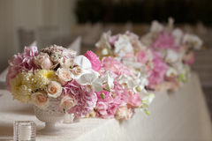 在桌上的美丽的花在婚礼之日 豪华假日背景 图库摄影