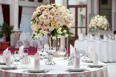 在桌上的美丽的花在婚礼之日 豪华假日背景 库存图片