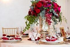 在桌上的美丽的花在婚礼之日 豪华假日背景 免版税图库摄影