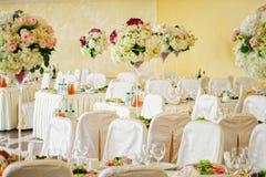 在桌上的美丽的花在婚礼之日 免版税图库摄影