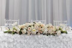 在桌上的美丽的花在婚礼之日 免版税库存图片