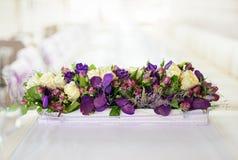 在桌上的美丽的花 免版税图库摄影