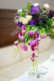 在桌上的美丽的花 库存照片