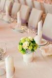 在桌上的美丽的花 免版税库存图片