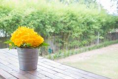 在桌上的美丽的黄色花花束 免版税图库摄影