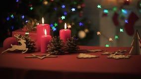 在桌上的美丽的X-mas装饰,闪耀明亮的光,垂直的全景 影视素材