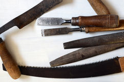 在桌上的老工具 免版税库存照片