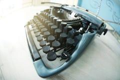 在桌上的老打字机, 免版税库存照片