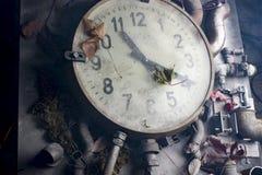 在桌上的老时钟 免版税库存图片