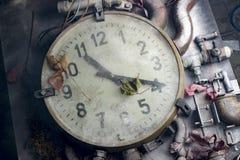 在桌上的老时钟 免版税图库摄影