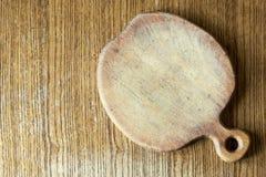 在桌上的老木苹果仿形切割委员会 免版税图库摄影