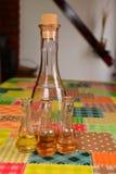 在桌上的老李子白兰地酒 库存图片