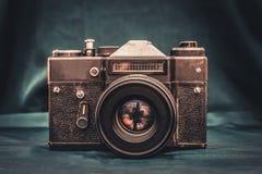 在桌上的老照相机 免版税图库摄影