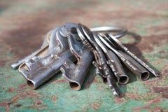 在桌上的老钥匙 库存照片