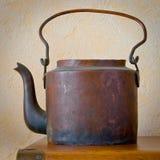 在桌上的老铜茶壶 库存图片