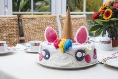 在桌上的自创生日蛋糕独角兽 库存照片