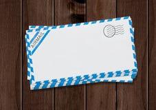 在桌上的航空邮寄信封 库存照片