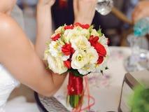 在桌上的花束 免版税库存图片