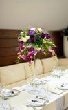 在桌上的花构成 免版税库存照片
