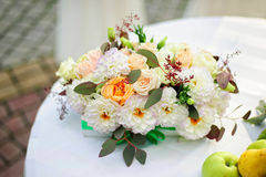 在桌上的花构成 图库摄影
