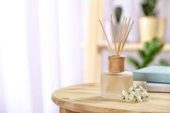 在桌上的芳香芦苇清凉剂 库存图片