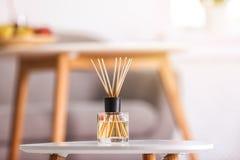在桌上的芳香芦苇空气清新剂 免版税库存照片