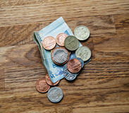 在桌上的英镑在豪华餐馆 库存图片