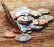 在桌上的英镑在豪华餐馆 库存照片
