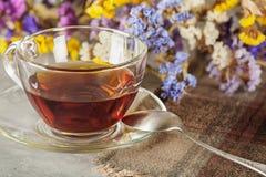 在桌上的茶与野花 免版税库存照片