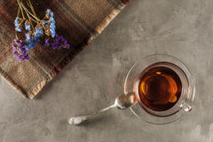 在桌上的茶与野花 免版税库存图片