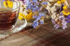 在桌上的茶与野花 免版税图库摄影