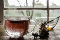 在桌上的茶有窗口视图 免版税图库摄影