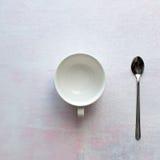 在桌上的茶杯 图库摄影