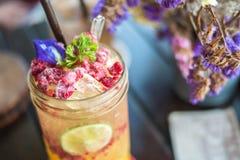 在桌上的莓和柠檬苏打 免版税图库摄影