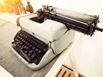 在桌上的葡萄酒打字机,葡萄酒作家,老打字机 库存照片