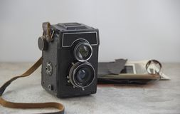 在桌上的葡萄酒照相机 库存照片
