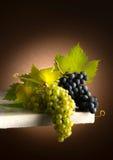 在桌上的葡萄 免版税图库摄影