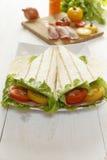 在桌上的蕃茄、烟肉、沙拉和皮塔饼面包 免版税库存图片