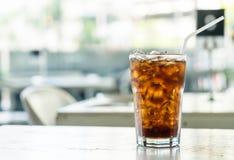 在桌上的被冰的可乐 库存照片